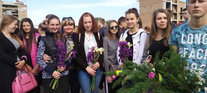 З квітами і сльозами на очах: учнівський та педагогічний колективи вшанували 73-тю річницю перемоги у війні