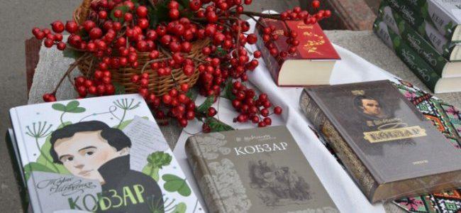 Квіти біля пам'ятника і хвилина мовчання:  гімназистки «Берегині» вшанували Тараса Шевченка